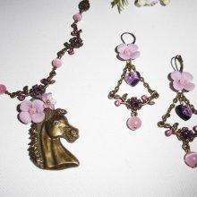 Parure Collier original cheval bronze avec fleurs et cristal rose et mauve