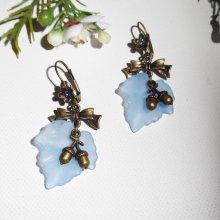 Boucles d'oreilles feuilles bleues avec petits  noeuds et petites noisettes