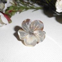 Bague fleur en nacre  sur anneau réglable en argent 925