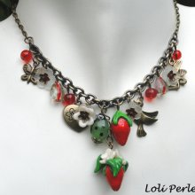 Collier fraises rouges avec petites fleurs en argile et pampilles sur chaine bronze