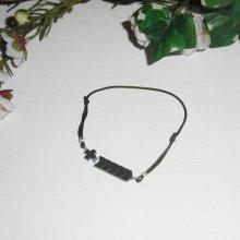 Bracelet croix et pierres d'hématite sur corde réglable verte