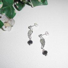 Boucles d'oreilles en perle de cristal noir avec aile sur clous en argent 925