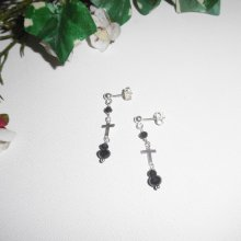 Boucles d'oreilles en perles de cristal noir avec croix sur clous en argent 925