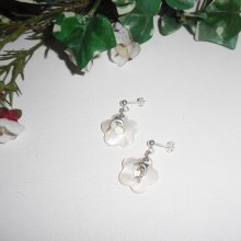 Boucles d'oreilles avec fleurs en nacre et dauphins sur clous en argent 925