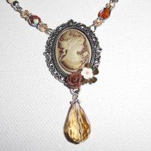 Collier camé marron  avec perles de cristal et pierres écrues sur chaine argent