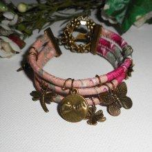 Bracelet original multi-rangs en cordons rose fleuri avec breloques animaux en métal bronze