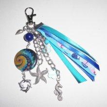 Porte clés/Bijoux de sac sur le theme de la mer avec palet de nacre et pampilles