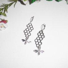 Boucles d'oreilles motif nid d'abeille avec petite abeille en argent