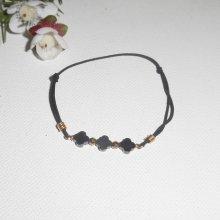 Bracelet pierres en hématite forme 3 trèfles et perles or sur cordon élastique noir