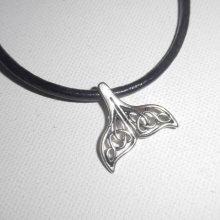 Pendentif queue de dauphin ajourée porte bonheur en métal argent sur cuir noir