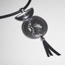 Pendentif papillon en métal argent sur cuir noir