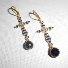 Boucles d'oreilles motif croix avec strass et cristal de bohème noir sur dormeuses dorées