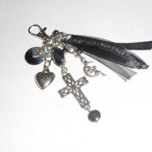 Porte clés/Bijoux de sac croix argent avec breloques fée pierres d'hématite et rubans