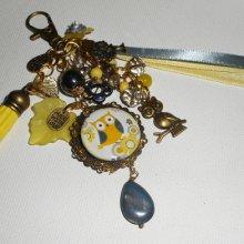 Bijoux de sac/porte clefs hibou avec perles en verre jaune et gris et rubans assortis