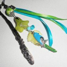 Marque pages perle fleurie avec perroquet en émail et perles vertes bleues