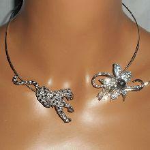 Collier original en métal soudé avec panthère et fleurs en strass