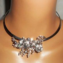 Collier original en métal soudé avec fleurs en nacre, perles de culture et cristal