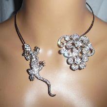 Collier original en métal soudé avec tarente et fleurs en strass