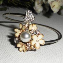 Bracelet en métal soudé avec fleurs ecrues et perle nacrée blanche