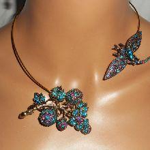 Collier original en métal soudé avec libellule et fleur en strass bleu violet