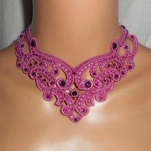 Collier de dentelle rose avec strass en cristal