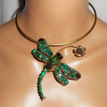 Collier original en métal soudé avec grande libellule en cristal verte et fleur