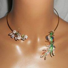 Collier original en métal soudé avec fleurs en cristal et paon en émail