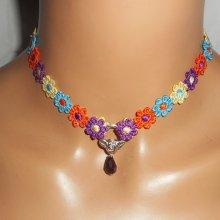 Collier ras de cou fleurs en tissus multicolore avec goutte en cristal violet