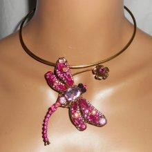 Collier original en métal soudé avec grande libellule en cristal rose et fleur