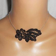 Collier en fine dentelle noire motif fleur et feuillage sur chaine argent