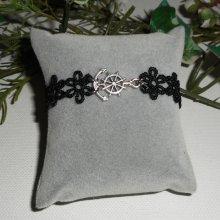 Bracelet original avec ancre et gouvernail sur dentelle noire