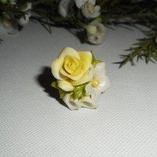 Bague bouquet floral jaune pastel en porcelaine froide