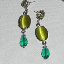 Boucles d'oreilles avec connecteurs oeil de chat vert anis et perles en cristal