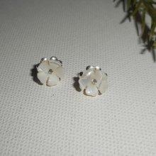 Boucles d'oreilles argent 925 avecpetite fleur de nacre blanche