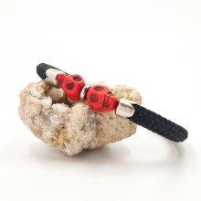 Bracelet double tête de mort en pierres rouges sur grosse corde noire