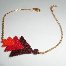 Bracelet triangle en perles de miuki rouge tissé sur chaine plaqué or