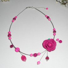 Collier cablé avec rose en argile rose fuchsia et perles de verre