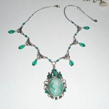 Collier camé vert avec perles de cristal sur chaine argent