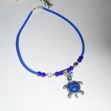 Collier enfant tortue en émail bleu avec perles de verre sur buna corde bleu
