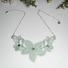 Collier en fine dentelle verte motif fleur et feuillage sur chaine argent