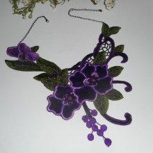 Collier broderie avec fleurs violettes  et perles en cristal
