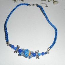 Collier perle fleurie bleu foncé avec perles en cristal sur cordon