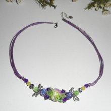 Collier perle fleurie violet et verte avec perles en cristal sur cordon assorti