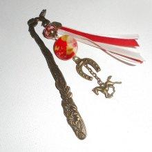 Marque page oiseau avec perle et nacre fleurie rouge avec cheval
