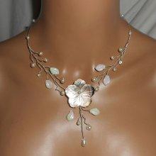 Collier aerien avec fleur en nacre et perles de verre écru
