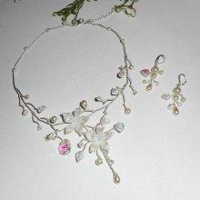 Parure Collier aerien avec fleurs écrues et perles en cristal