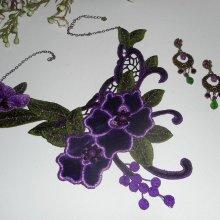 Parure Collier broderie avec fleurs violettes  et pierres semi_précieuses