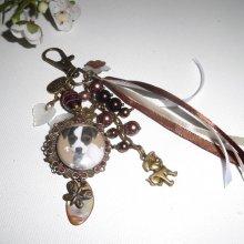Bijoux de sac/porte clefs chien  avec perles en verre marron, nacre et rubans