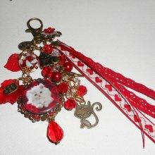 Bijoux de sac/porte clefs chat blanc avec perles en cristal et rubans rouges