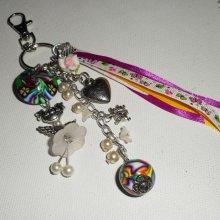 Porte clés/Bijoux de sac poupée blanche avec perles et rubans multicolores